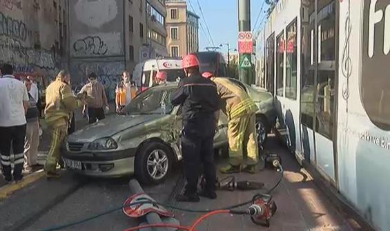 Feci kaza! Tramvay ve otomobil çarpıştı