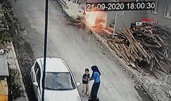 Ateşle oynarken motosiklet yakan çocuklar kamerada