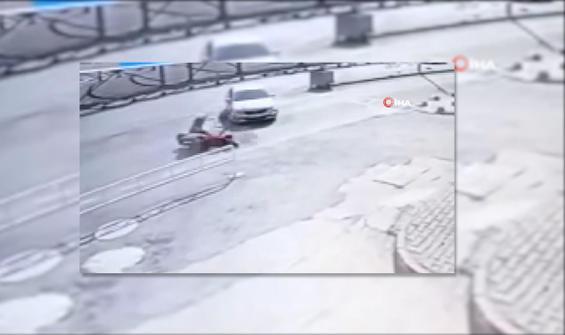 Otomobile çarpmamak için motosikleti böyle yatırdı