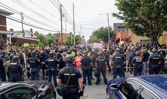 Olaylı gecede Trump'tan polislere destek: Yardıma hazırız