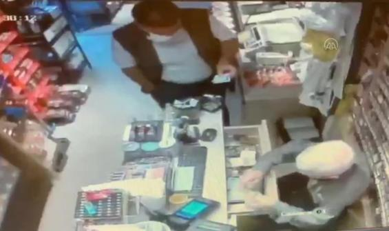 """""""Tırnakçılık"""" yöntemiyle hırsızlık kamerada"""
