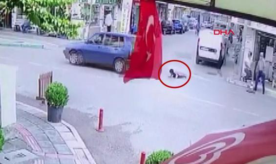 3 yaşındaki çocuk seyir halindeki araçtan böyle düştü