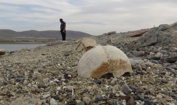 Su seviyesi düştü, insan kemikleri ortaya çıktı
