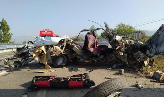 Adana'da feci kaza! Araba paramparça oldu
