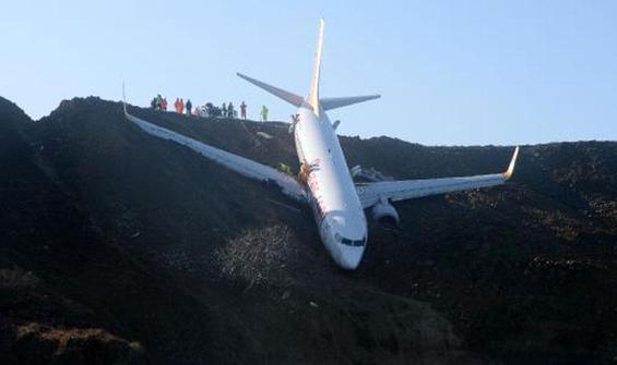 Kaderine terk edilen uçak çürüyor