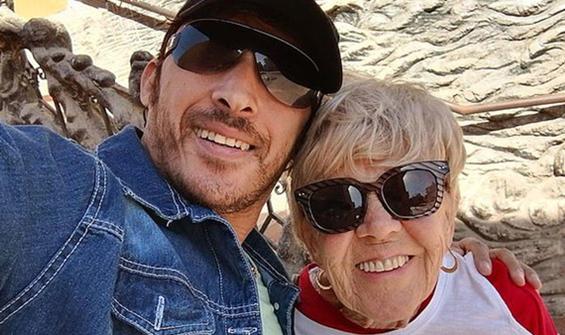İnternetten tanıştığı 80 yaşındaki kadınla sevgili oldu