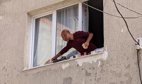 Eşyaları sokağa atıp pencere kenarında kahvaltı yaptı