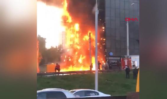 Otelin çatısında çıkan yangın tüm binayı sardı