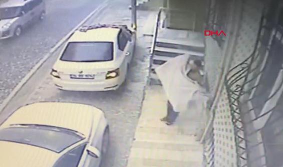 Arabasını doludan korumaya çalışırken kendi düştü