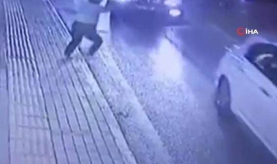 Koşarken çarpan minibüs 2 metre ileriye fırlattı, kalkıp koşmaya devam etti