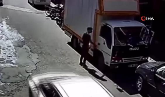 Saniyeler içinde kamyonetten telefonu böyle çaldı