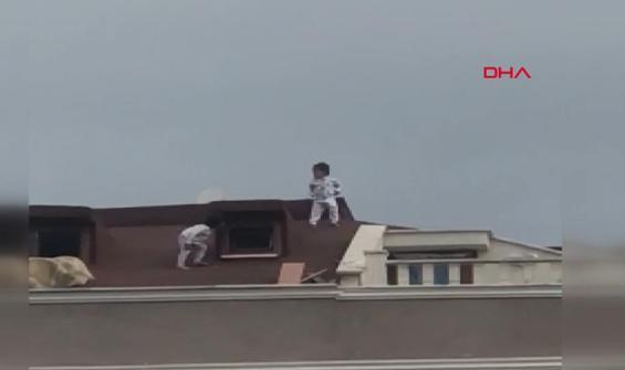 Çocukların çatıda korkutan oyunu