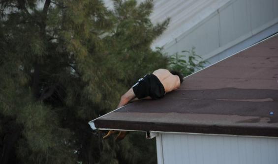 İntihar için çıktığı çatıda sızdı
