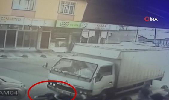 Otomobil çarpan üç kız çocuğunun şans eseri kurtuluşu kamerada