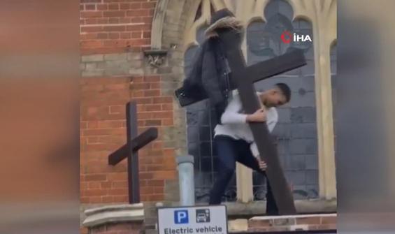Londra'da kiliseye saldırı kamerada