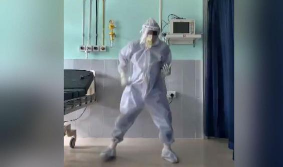 Kovid-19 yoğun bakımında doktorun dansı tepki çekti