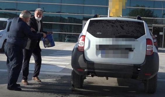 Satın aldığı aracı, bayi önünde yakmaya kalkıştı