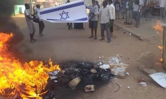 Sudan'daki gösterilerde İsrail bayrağı yakıldı