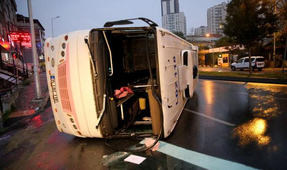 Gaziosmanpaşa'da servis aracı devrildi