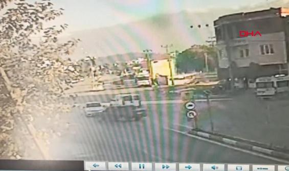 İki otomobilin çarpıştığı kaza anbean kameraya yansıdı