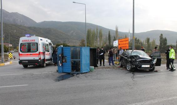 Otomobil ile pat pat çarpıştı: 10 yaralı