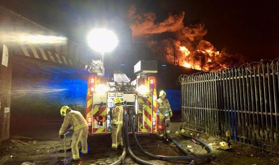 İngiltere'de yangın faciası! Okullar kapandı, ulaşım aksadı