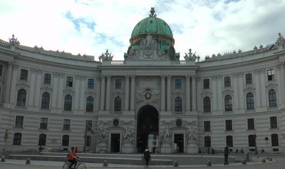 Avusturya'da cadde ve sokaklar boş kaldı