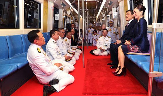 Tartışmalı lider Kral Maha metroya kırmızı halı serdirdi