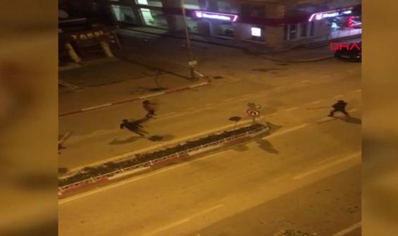 Yol ortasında sopalarla kavga ettiler