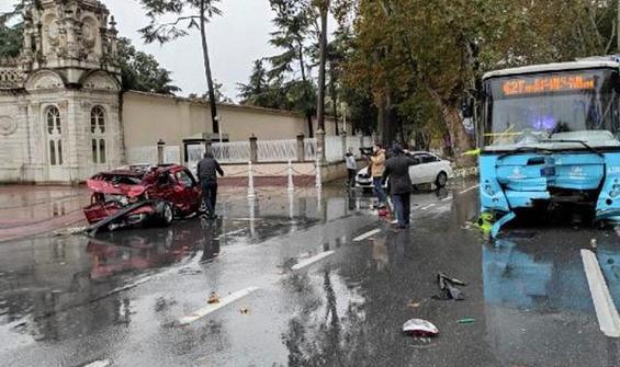 Beşiktaş'ta otomobil otobüsle çarpıştı