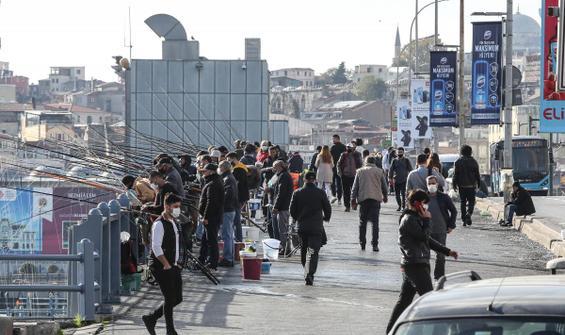 Balıkçılar Galata Köprüsü'ne akın etti, önlemler unutuldu