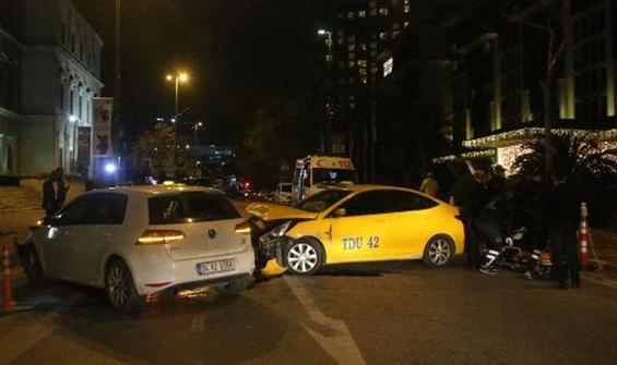 Şişli'de taksi ile otomobil kafa kafaya çarpıştı!