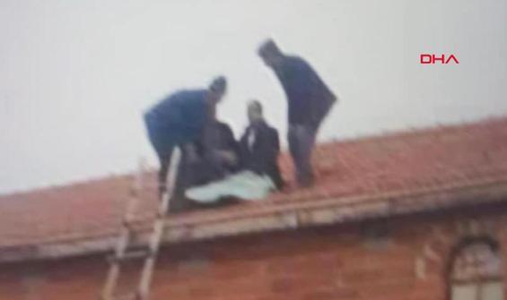 Kaza yapan aracın sürücüsü çatıya uçtu