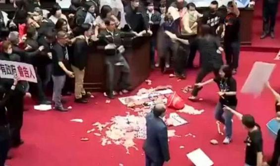 Bir garip olay! Milletvekilleri birbirine bağırsak fırlattı