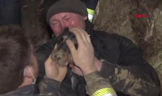 Köpeği kurtaran itfaiye erinin duygusal anları kamerada