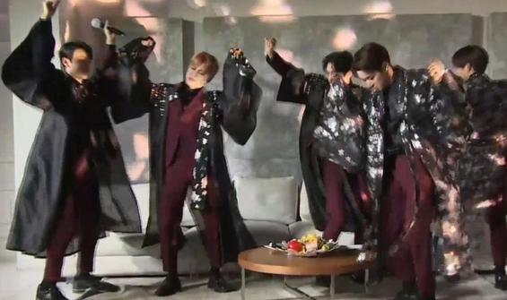 Ünlü K-Pop grubu erik dalı oynadı, 15 bin kişi izledi