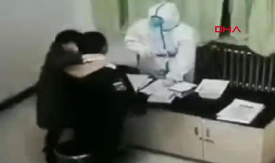 Kendisine koronavirüs testi yapan hemşireye böyle saldırdı