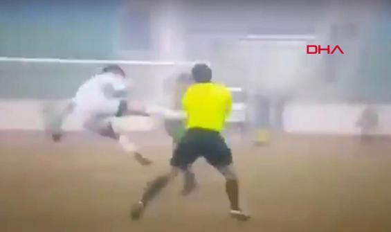 Futbolcunun hakeme attığı uçan tekme kamerada