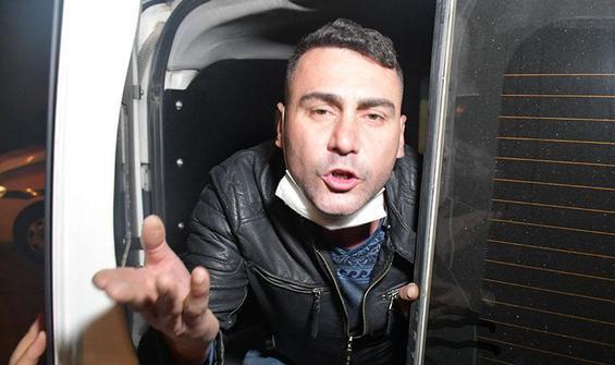 Gazetecilere hem saldırdı hem poz verdi