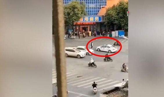 Bir kadın, eski sevgilisinin düğün aracının önünü kesti