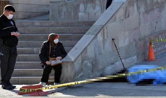 Tabureye oturup ölen eşinin cenazesinin başında bekledi