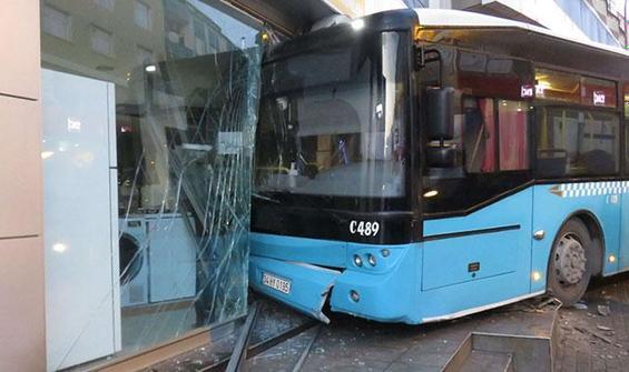 Ümraniye'de halk otobüsü iş yerine girdi