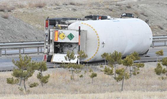 Oksijen yüklü tanker devrildi, yol kapatıldı