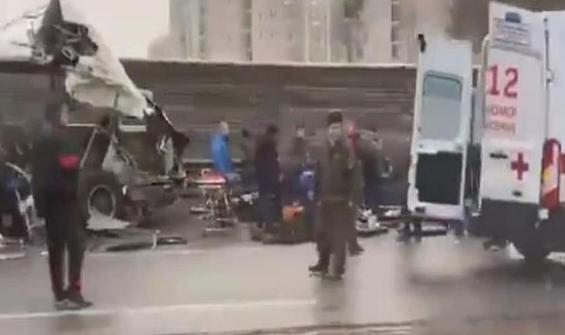 Rusya'da kamyon askeri otobüslerin arasına girdi