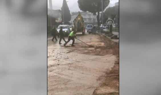Kürekle yolu temizleyen polis takdir topladı