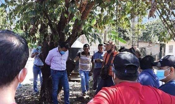 Böyle ceza görülmedi: Belediye Başkanını ağaca bağladılar