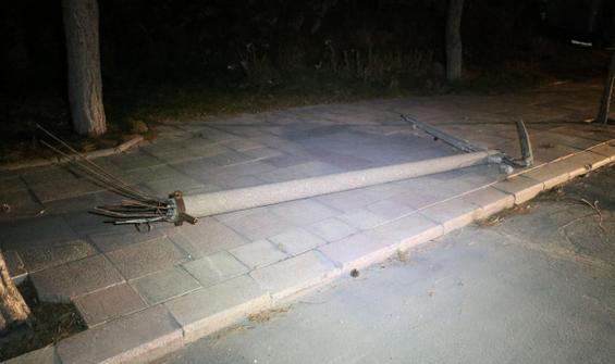 Şiddetli rüzgar beton direkleri yıktı