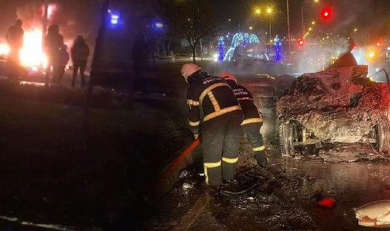 Zincirleme kazada 2 otomobil yanarak küle döndü!