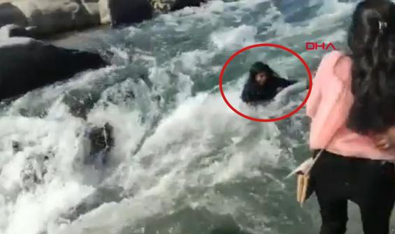 Nehrin kıyısında ölüme 'selfie' çekti