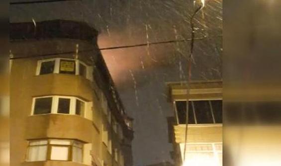 Avcılar'da 5 katlı binanın çatı katında yangın paniği